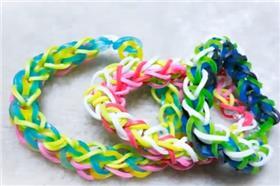 彩色橡皮筋手環(Photo Credit:YouTube)