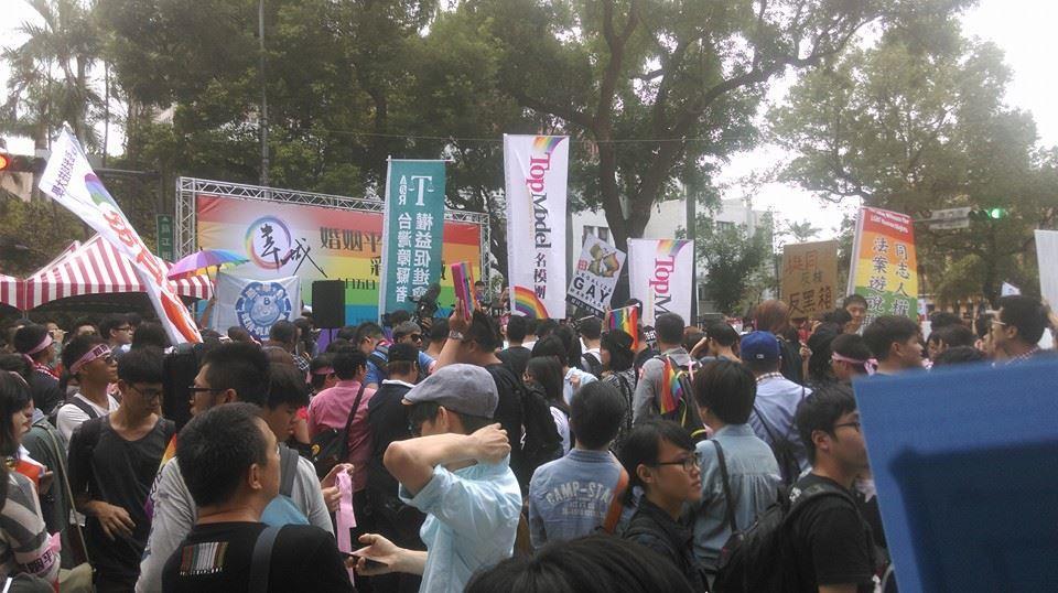 由台灣伴侶權益推動聯盟等120個民間團體,共同組成的「婚姻平權革命陣線」,今天下午於立法院外舉行「彩虹圍城」大型集會行動,估計現場約有2萬民眾到場響應支持「多元成家」,要求目前仍在立法院持續延宕的婚姻平權法案,能盡速通過,現場也出現一部236路的「彩虹公車」,將在台北市穿梭1個月,宣導婚姻平權的觀念。   到場支持婚姻平權的民眾。(圖/劉宇(四叉貓)授權提供)   婚姻平權的彩虹公車。(圖/網友授權提供) 藝人丁寧也到場聲援,表示「我們的愛是自由心證的,只要有愛都應該受到法律的保護」,並希望立委支持婚姻