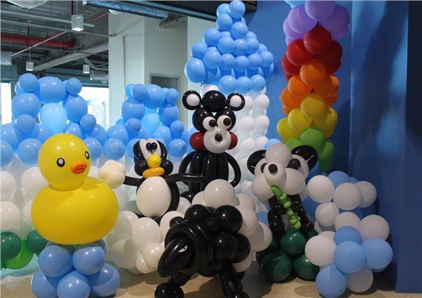 生活中心/綜合報導 可愛的圓仔、人氣馬來貘、狗明星屋虎 不擠動物園通通變身氣球人  寒假即將於下周正式展開,台北市科教館主辦由金氏世界紀錄氣球達人陳奕偉領軍的氣球人歷險記特展因應寒假的到來,特別在展場中增添過去一年裡幾位重量級的動物明星,要在氣球人歷險記中陪伴大家展開寒假,幾位人氣動物將展示至2/4,包含最受歡迎的圓仔寶寶、去年從高雄游到基隆的黃色小鴨、國王企鵝黑麻糬、久違的無尾熊派翠克等等,即使過去錯過了與這些動物明星相見的機會,也可以到氣球人歷險記中再次看到他們變身氣球世界一份子的逗趣模樣。  運用