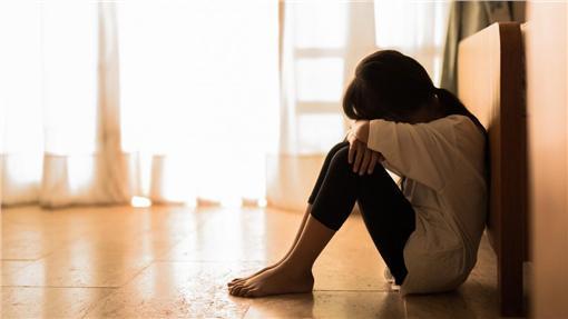 兒童小孩小朋友孤單寂寞(shutterstock/達志影像)