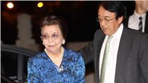 有日本「政壇教母」封號的日本首相安倍晉三母親安倍洋子(左)正在台灣訪問,3日晚間出席NHK交響樂團睽違45年後,再度登台演出的音樂會。圖右為日本駐台代表沼田幹夫。(中央社記者張皓安攝)