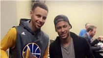 Stephen Curry與Neymar Jr.交換球衣(圖/取自金州勇士官方推特)