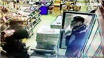 菲律賓籍勞工達文(左)前年打劫雜貨店,持螺絲起死刺死林姓老闆(右)。(圖/翻攝畫面)