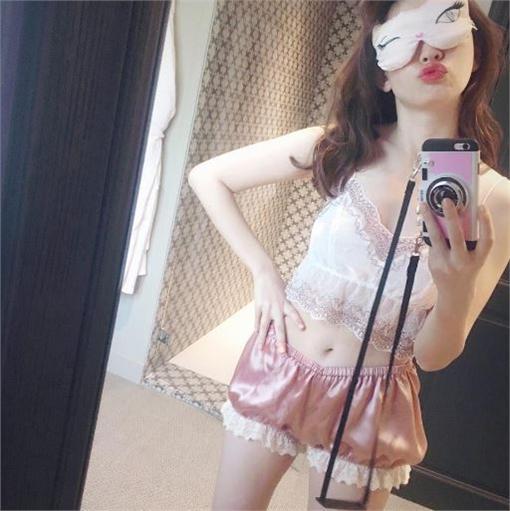 娛樂中心/綜合報導 日本女子團體AKB48的前人氣成員小嶋陽菜雖然天然呆,但擁有甜美臉蛋、性感身材被公認是「正統派美女」,她也曾被評選為AKB48最療癒的成員,連前王牌成員前田敦子都誇她是AKB48的美人代表。經常在instagram上分享美照的她,日前又曬出好康「蕾絲睡衣」照,模樣甜美又性感,讓粉絲大噴鼻血。  小嶋陽菜外表甜美。(圖/翻攝自小嶋陽菜instagram)  小嶋陽菜常分享美照。(圖/翻攝自小嶋陽菜instagram)  小嶋陽菜擁有性感的身材。(圖/翻攝自小嶋陽菜instagram)