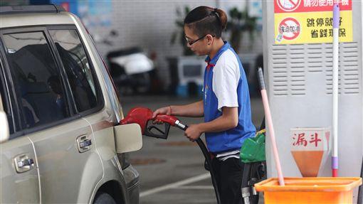 ED23日起汽油大漲0.7元(2)台灣中油公司宣布,依浮動油價機制計算,23日凌晨零時起汽油價格每公升大漲新台幣0.7元、柴油0.8元,各式油品新牌價為92無鉛汽油每公升23.6元、95無鉛25.1元、98無鉛27.1元、超級柴油21.2元。中央社記者徐肇昌攝  105年5月22日