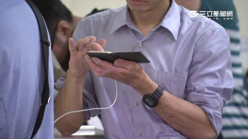捷運充電區「難應急」霸位看韓劇、滑手機