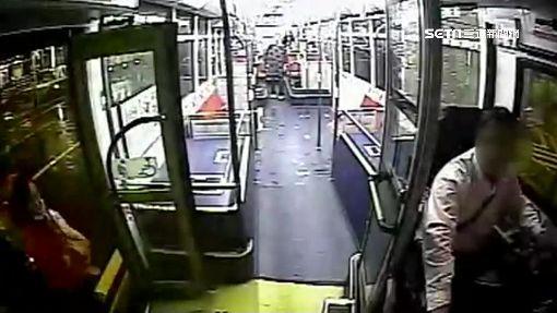 女子未按鈴過站 強開車門狂毆司機