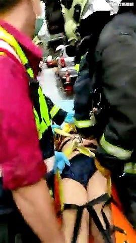 葉男不想坐牢踩遮雨棚逃離現場,卻因下雨溼滑失足摔至2樓身亡(翻攝畫面)