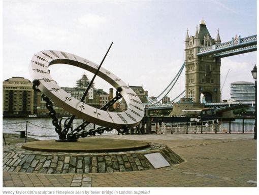 英國雕塑作品「Timepiece」(圖/翻攝自The Independent)