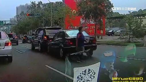 追撞下車拉P檔車照滑走 婦、警攔車險遭輾