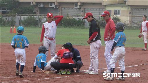 褒忠廖建壹遭觸身球時,韓國教練也拿著冷凍劑上前關心(圖/記者王怡翔攝)