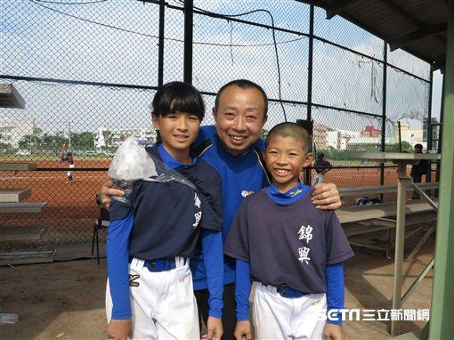 羅淳琦和爸爸與弟弟合照(圖/記者王怡翔攝)