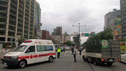 三重分隊救護車穿越中華路時不慎遭撞(楊忠翰攝)