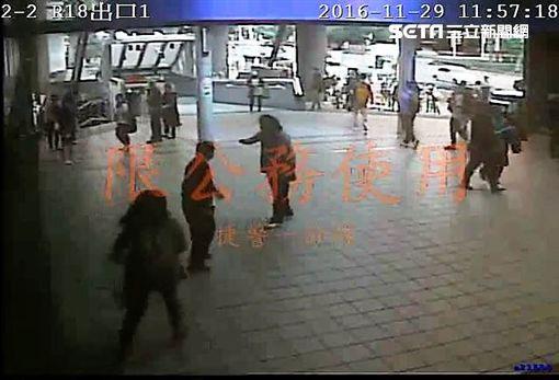 林男不想就醫在劍潭站暴走狂毆兩名女性路人後逃逸(翻攝畫面)