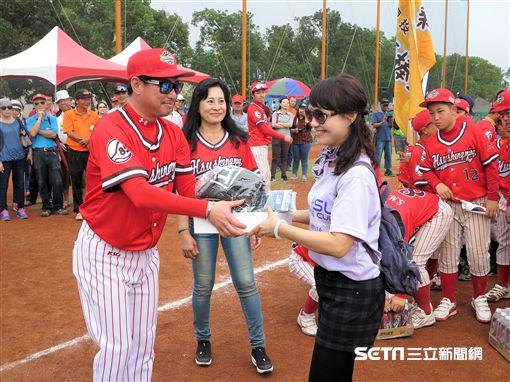 韓國水踰國小教練將比賽獎品贈給姊妹校美濃少棒,韓國小球員在後面搬走沙士(圖/記者王怡翔攝)