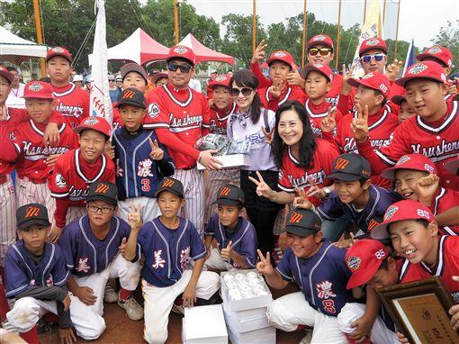 韓國水踰國小教練將比賽獎品贈給姊妹校美濃少棒(圖/記者王怡翔攝)