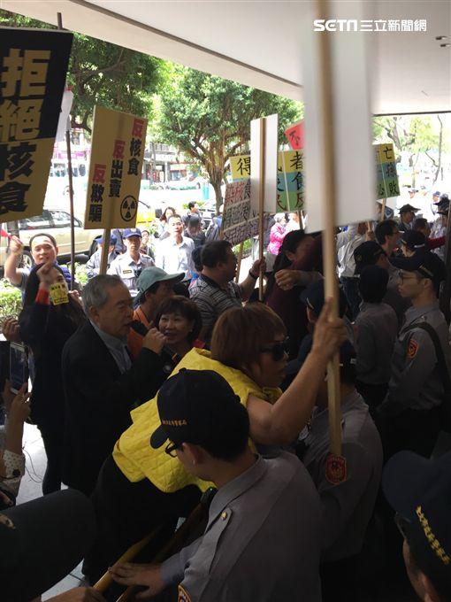 市議員厲耿桂芳動員抗議台日經貿會議黑箱 民眾提供