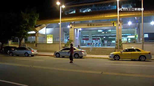 淡水街頭上演警匪追逐發生對撞