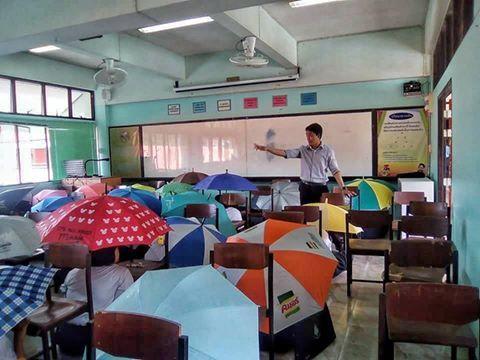 不准作弊!泰國老師防作弊出奇招 全班撐傘應答翻攝自《曼谷椰子網》