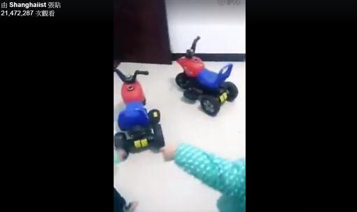 ▲三胞胎搶玩具爆發激烈戰爭。(圖/翻攝自Shanghaiist臉書)https://www.facebook.com/shanghaiist/videos/vb.5852261029/10155182346616030/?type=2&theater