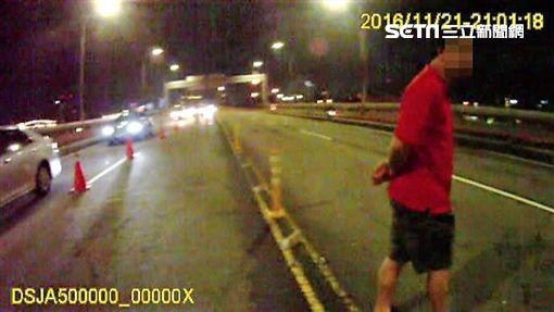 胡男酒駕遭攔後先套關係再盤坐地上耍賴仍遭警方移送(翻攝畫面)