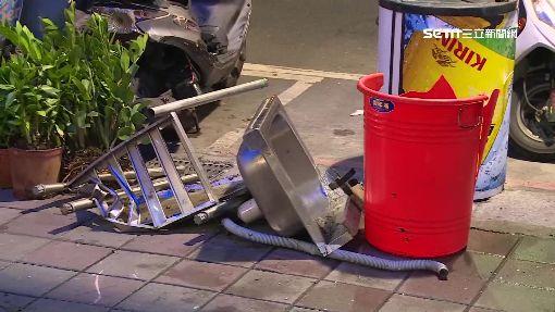 轎車甩尾撞熱炒店 機車如保齡球倒下