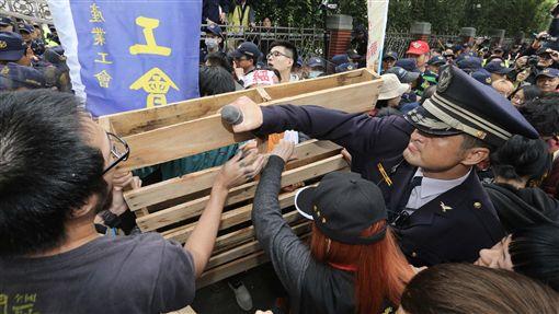 勞工,立法院,抗議,勞團,衝突,舞台,勞基法,國民黨,民進黨(中央社)