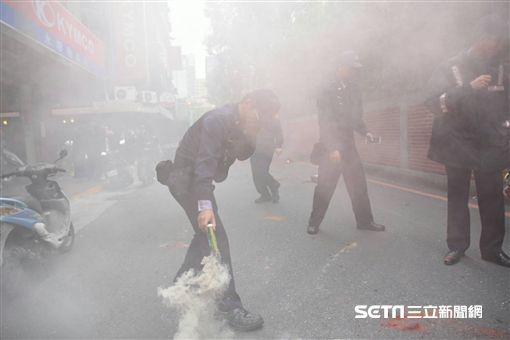 勞工,勞團,抗議,煙霧彈,一例一休(圖/記者林敬旻攝影)