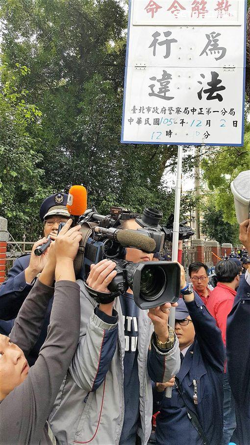 民進黨團總召柯建銘步出立院時遭勞團成員勒頸推倒並丟擲礦泉水砸頭(翻攝畫面)