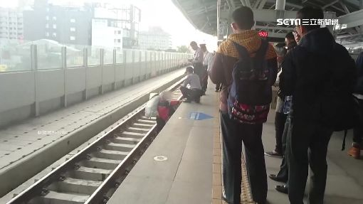 危險!老伯誤闖禁區 走軌道爬上月台