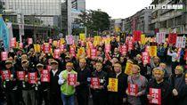 中藥商包圍衛福部抗議爭取丹膏丸散調劑權。(圖/楊晴雯攝)