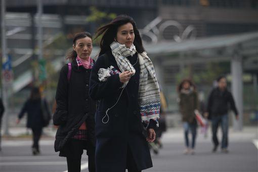 冬天,寒流,大衣,街頭,口罩,冷,圍巾/圖/中央社記者張新偉攝 105年12月15日