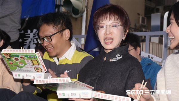 國民黨主席洪秀柱前往黨產會探視抗議黨工發便當 圖/記者林敬旻攝