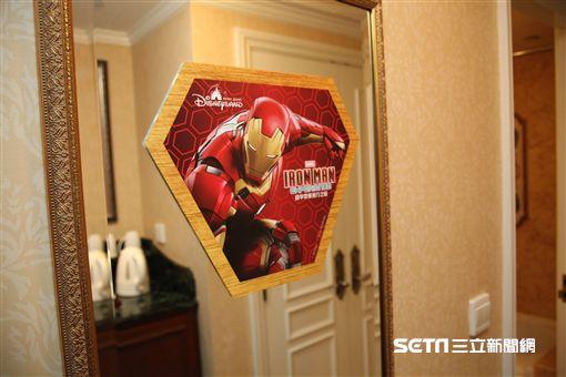 香港迪士尼樂園鋼鐵人遊樂設施「鐵甲奇俠飛行之旅」周邊商品,主題房,甜點。(圖/記者簡佑庭攝)