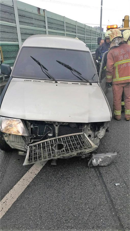 魏男因心情不好開車在國道3號自撞護欄,送上救護車還意圖自殘,後來又從醫院失蹤,搞得警消人仰馬翻(翻攝畫面)