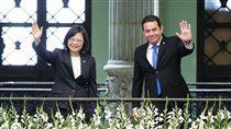 蔡英文與瓜地馬拉總統莫拉雷斯揮手致意 圖/總統府提供