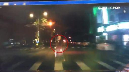 7旬翁晨運疑搶快 路口闖燈遭小黃撞亡