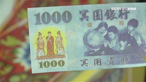 林婦持警方製作的百萬假鈔成功誘出車手逮捕(翻攝畫面)