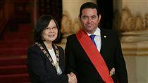 蔡英文與瓜地馬拉總統莫拉雷斯互贈勳章 圖/總統府提供
