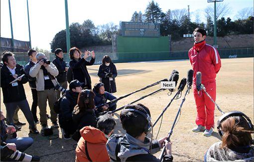 陽岱鋼巨人軍後首次練習,吸引大批媒體採訪(圖/翻攝自巨人官網)