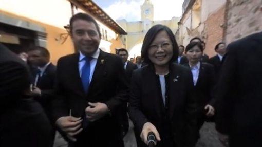 蔡英文,總統,瓜地馬拉,安地瓜,古城,自拍棒,自拍神器,360度相機(圖/翻攝自蔡英文臉書)