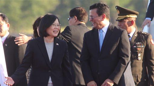 總統蔡英文(前左)出訪中美洲友邦,出訪專機12日(當地時間)飛抵薩爾瓦多的薩京國際機場,薩國舉行機場歡迎儀式迎接蔡總統,薩國外長馬丁內斯(前右)接機。(圖/中央社)