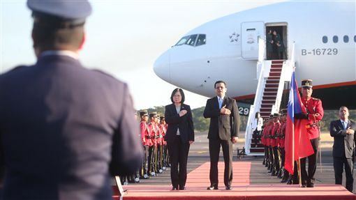 總統蔡英文(中左)出訪中美洲友邦,出訪專機12日(當地時間)飛抵薩爾瓦多的薩京國際機場,薩國舉行機場歡迎儀式迎接蔡總統,薩國外長馬丁內斯(中右)接機。(圖/中央社)