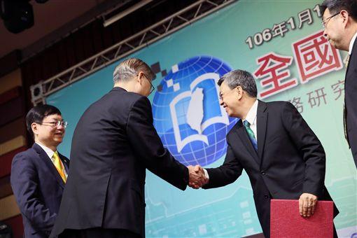 副總統出席106年全國大專校院校長會議,與台大校長楊泮池握手致意 總統府提供