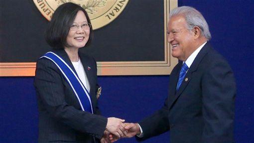 總統蔡英文(左)出訪中美洲友邦薩爾瓦多訪問,13日(當地時間)赴薩國總統府,與薩國總統桑契斯(Sanchez Ceren)(右)會晤,並接受贈勳。/中央社