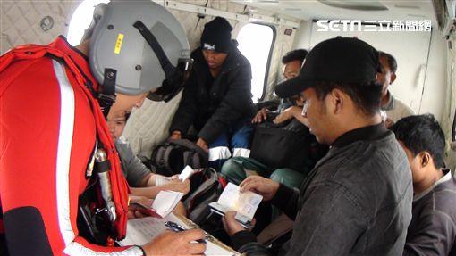 國防部於14日接獲國搜中心通報,有艘巴拿馬籍貨論「通成601號」船身傾斜即將沉沒,而船上有13名印尼籍船員待救,國搜中心投入搜救機吊掛 國防部提供