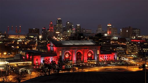 ▲匹茲堡市中心妝點紅光,迎接明天的美式足球季後賽(圖/美聯社/達志影像)