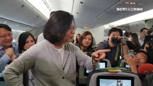 直擊!蔡總統換穿休閒裝 機上聊天、看電影