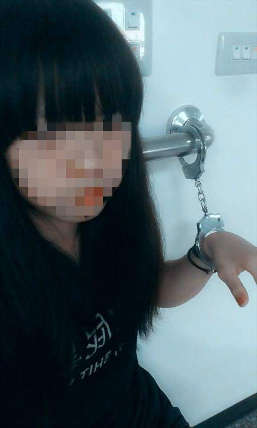 少女,警局,上銬(圖/翻攝自爆料公社)