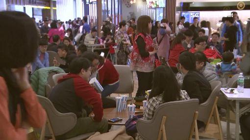 樂園餐廳爆滿 遊客蹲樓梯口克難吃泡麵